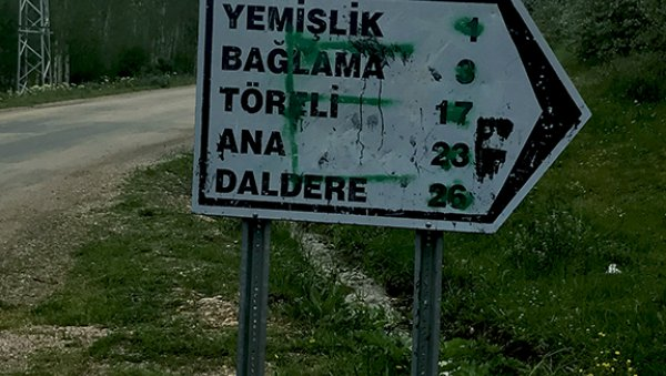 The sign leading to Narek village (Yemişlik)